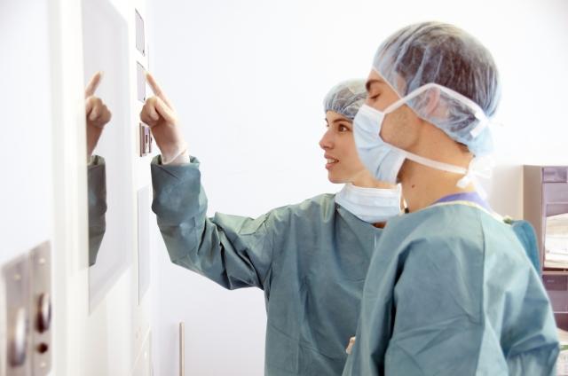 肺がんステージ4の治療法:手術による局所治療追加で抗がん剤単独より生存率を大幅に改善